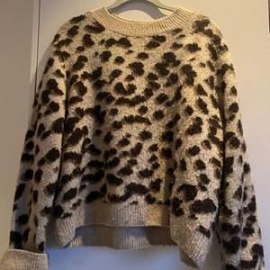 Säljer denna super mysiga tröja som inte får användning längre, mycket fint skick och passar till allt!