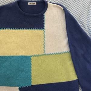 säljer denna snygga vintage flerfärgad stickad tröja <3