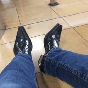 Äkta western cowboy boots från New Rock! Köpte för 2200 på second hand i Madrid. Pris kan diskuteras vid snabb affär! :) Jag betalar frakten!