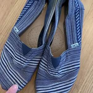 Har en rund dov fläck på högra skon (obehandlad) och märket baktill har rykts av på ena skon annars i bra skick. Jättefina och inköpa i Toms butik i New York. Kan hämtas i Telefonplan eller skickas mot porto 💫