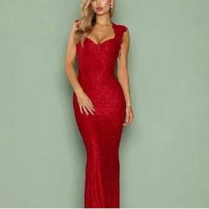 Säljer denna härlighet från NLYEVE. Röd balklänning med spetsmönster, stretchig och skön, vadderad vid bysten. Fint skick, köpt på Plick men säljer vidare då jag hittat en annan jag hellre vill ha.