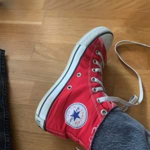 Röda converse i dugligt skick. Dem är använda och därför lite smutsiga men jag tvättar de självklart innan jag skickar. 70kr eller högsta bud! Buda i kommentarerna eller privat, öka med minst 10kr! Bud är bindande❣️
