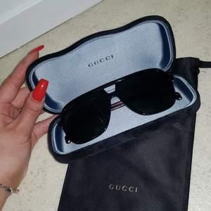 Säljer ett par jätte snygga Gucci solglasögon som endast stått som prydnad! De är ej använda och är därför i ett väldigt bra skick🥰 ❗ÄR ÄKTA OCH KVITTO MEDFÖLJER❗Fodral, dustbag och putsduk medföljer också! Är snygga på vem som helst!! Köparen står för frakten!❤ Ordinarie priset för dom är 2 750!!!