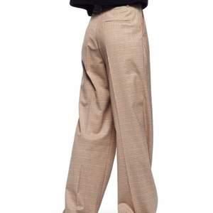 Rutiga kostymbyxor från ZARA som är i full lenght, alltså hela vägen ner till fötterna på mig som är 175cm!