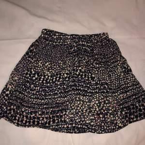 En oanvänd kjol i storlek 36, perfekt för sommaren:) lite osäker vad frakt kostanden blir men om du är intresserad så kan jag kolla vad priset blir exakt 🌞