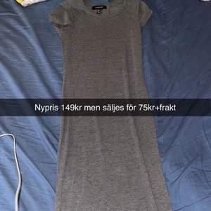 Helt ny långklänning i storlek 34 nypris 149kr men säljer den för 75kr+ frakt