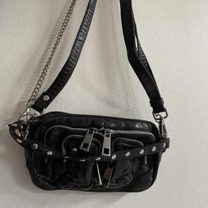 Min lilla Nunoo väska behöver nu ett nytt hem då den inte längre används. Väskan är modellen Helena och den kommer med två avtagbara axelremmar i läder samt silverkedja. Nypris ca 1200kr