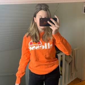 Säljer denna tröjan från ellesse som bara är använd ett fåtal gånger och därav i väldigt bra skick! Tröjan är i ett tjockare material än vad som visas på bild, om fler bilder skulle önskas så är det bara att säga till :) Köparen står för frakten!