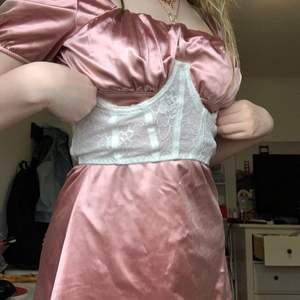 """Säljer nu min """"underbust corset"""" riktigt fin köpte den här på Plick men den var lite lite för stor för mig så jag använder den aldrig. Precis i samma skick som när jag fick den💗 24kr frakt💗💗"""