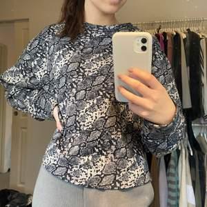 Jätteskön ormmönstrad sweatshirt från zara i fint skick! 🤍