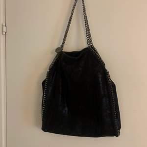 Säljer min Mcartney liknande väska, den rymmer mycket och är i fint skick💕💗