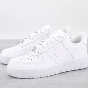 Säljer helt nya & oanvända vita Nike Air Force 1'07. Tillgängliga i storlek 36. Kvitto & orginalkartong finns till alla skor. Fraktas spårbart & dubbelboxat på köparens bekostnad. Kan mötas upp i Helsingborg. Vid stort intresse blir det budgivning!