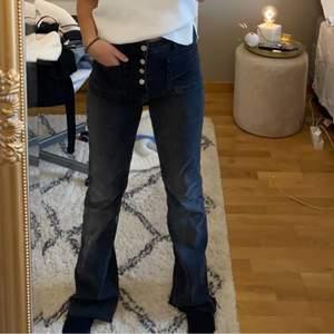 Säljer mina gråa zara jeans med knappar som inte går att köpa längre. De är mid rise. Jag är 162 och de är ganska långa på mig även fast jag har klippt dom längst ner. De är stretchiga