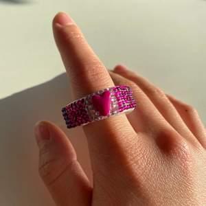 Vår coola hjärt-ring med massa fina diamanter i färgerna ljusrosa, mörkrosa & lila🤩💖