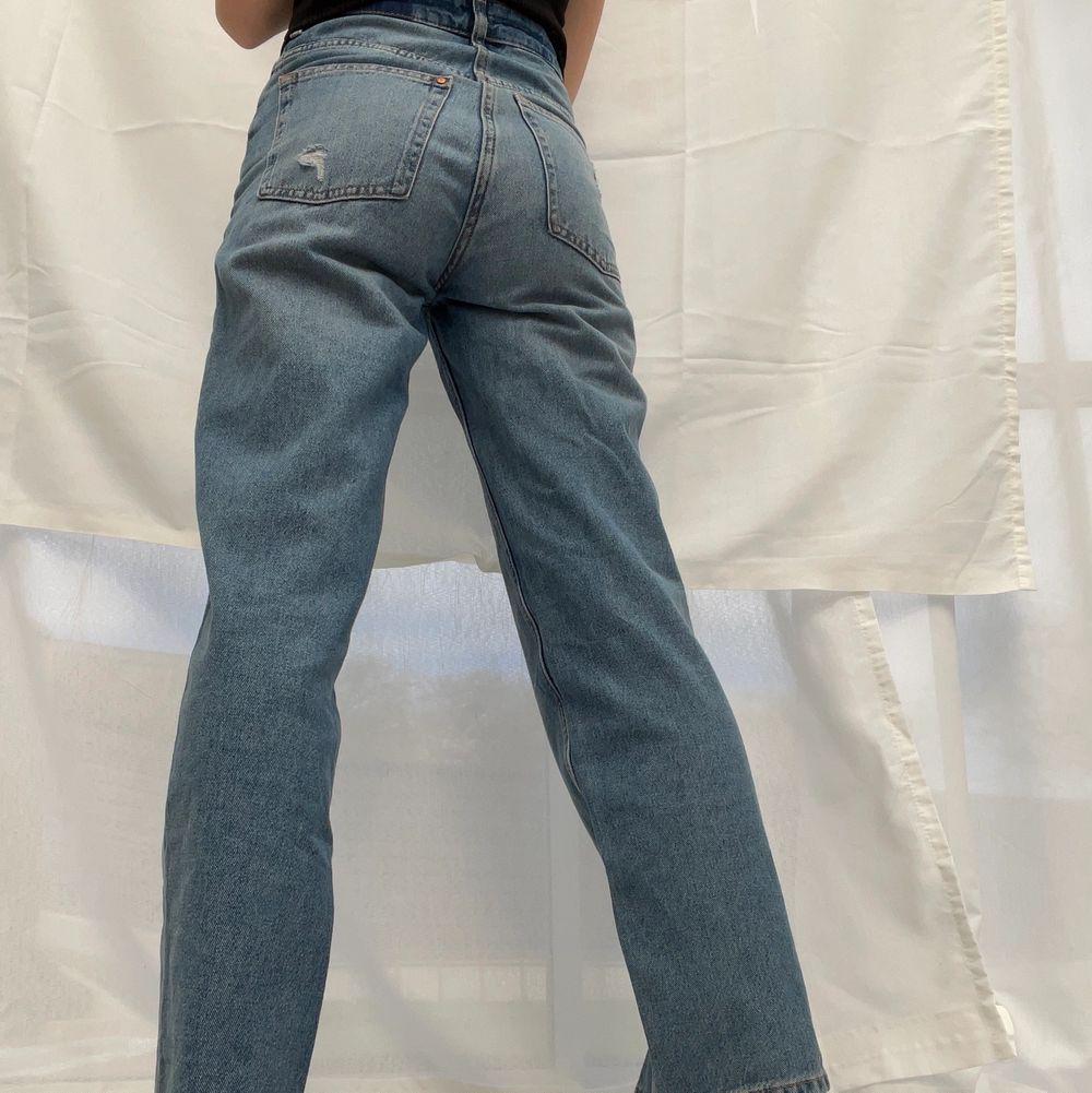 Tajta runt midjan och rumpan, är 162cm och de går ner till marken på mig⚡️🌸. Jeans & Byxor.
