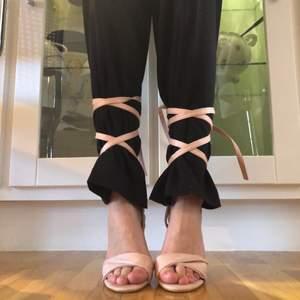 Säljer dessa sköna klackar från Stephen (köpta från Zalando)!   Går att knyta som jag har gjort på bilden över ett par byxor eller bara på bara ben!! Så snygga till sommaren!!!💗 FINT SKICK!!! Frakt tillkommer på 66kr därav det låga priset, allt ska bort!