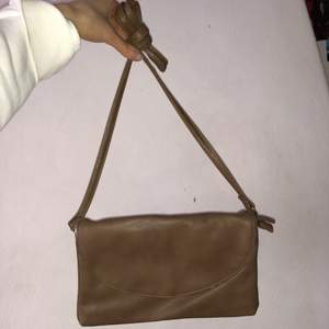 rymlig och asfin secondhand väska!! egentligen en axelrems väska men går jättebra att bära såsom jag gör på andra bilden också😙😙