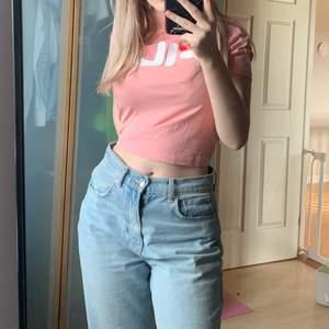 En turtleneck tröja i rosa som använts 1-3 gånger 💞. Storlek M men passar också S (lite stor på mig som brukar ha S)!  Tveka inte att höra av dig om du har frågor eller vill ha fler bilder 🌟 FRAKT INKLUDERAD I PRISET!
