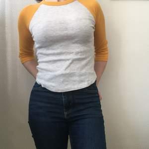 Ljus grå tröja / topp med gula ärmar💕