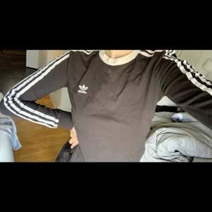 """Adidas långtröja svart/vit, stretchigt """"tight"""" material som e jätteskönt på. Storlek M men sitter fint på en S också!"""