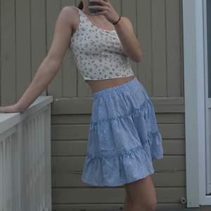 ljusblå sommar kjol med volanger 🦋 aldrig använd då jag har såå mycket kjolar redan... men verkligen jätteskön och fin passform !! 💕 Storlek S men passar xs-m eftersom det är resår i midjan.