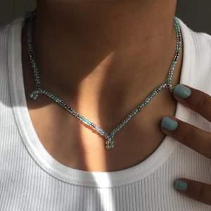 TURTLENECK-LACE 🦎🌊 säljer ett handgjort halsband av glaspärlor 90kr men eftersom att det är rea tills 8 maj så är det rea på 69kr 💕 Passa på nu!! Också perfekt smycke inför sommaren med fina toppar ju 😍 Instagram @designbyliya_ ❗️❗️❗️