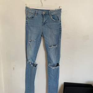 Säljer nu dessa väldigt fina jeans från Lager 157. De är väldigt bra skick trots att de har blivit använda en del och storlek S. Slitningarna har jag gjort själv. Hör av er för fler bilder:) köparen står för ev frakt