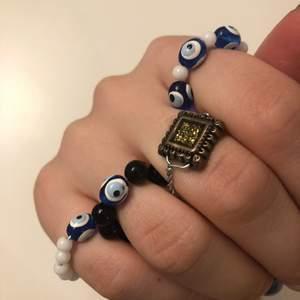 Handgjorda ringar med onda ögat-pärla. Amulett som är menad att skydda mot onda ögat. 15kr styck eller 50 för alla!
