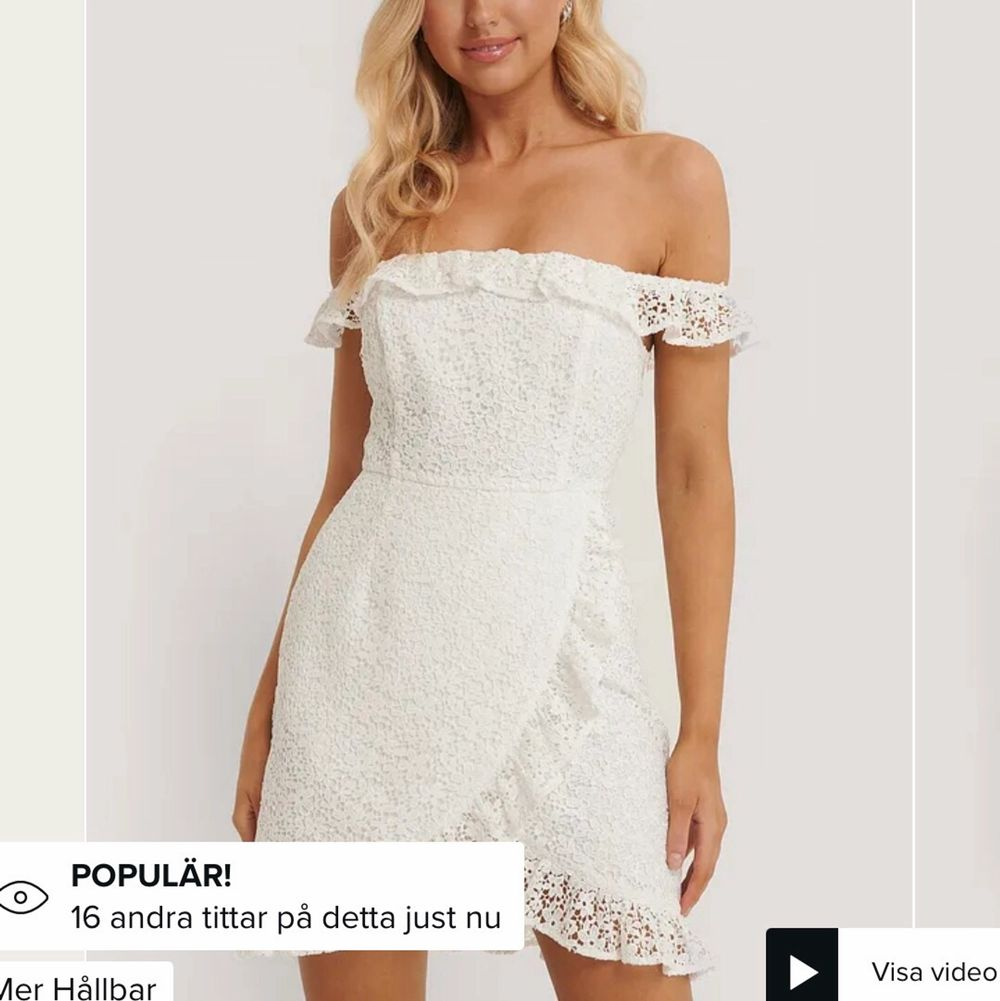 Superfin vit klänning i storlek 34 från NAKD. Skulle säga att den sitter som en normal 34 och funkar perfekt som studentklänning etc. Ursprungspris: 599 kr.. Klänningar.