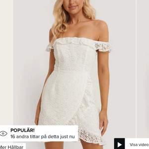 Superfin vit klänning i storlek 34 från NAKD. Skulle säga att den sitter som en normal 34 och funkar perfekt som studentklänning etc. Ursprungspris: 599 kr.