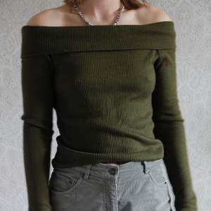 Snygg grön färg. Bara axlar och skönt tyg. Super fin tröja som är knappt använd. Kolla på mina andra annonser så blir det kanske billigare med frakt 👏🏽