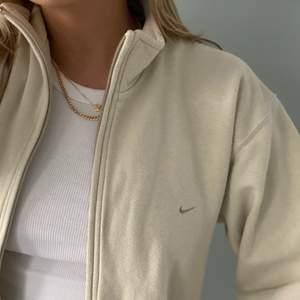 Intressekoll! Funderar på att sälja denna GALET snygga zip tröja med ett diskret nikemärke framtill! Ryggen har INGA märken, skriv för bild! Det har snören på insidan nertill vilket gör att man kan spänna åt den å vika upp så att den stannar! Har använt den mest så! Vilket gör att man kan justera längden! Storleken som står är S. Inköpspriset var 68 dollar! Den är äkta och så snygg! Säljer kanske bara för att jag behöver pengar!💓💓jag är 165! Pris ex frakt!❤️BUDGIVNING NU ❗️530 plus frakt nu❗️avslutas söndag