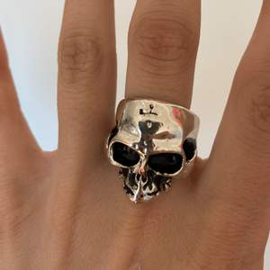 Säljer en jättecool ring, vet ej varifrån men säljer då jag inte får användning av den. Skulle säga stor i storleken passar mitt pek o lång finger💕