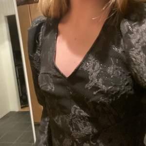 Fin klänning i tjockare, styvt material. Köpte till nyår men det kom inte till användning.