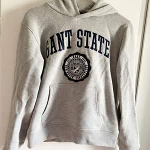 Gant hoodie i nyskick, använd en gång, strl 170 men passar bra till den som har S, även XS och M.