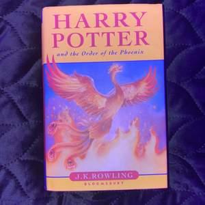 Säljer min Harry Potter bok som är på engelska! Boken har inga synliga skador och är i bra skick.🥰 Skriv om du är intresserad eller har några frågor. Köparen står för frakten ( pris går alltid att diskutera)💕 köptes för 385kr