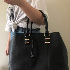 Säljer min Anna Field väska eftersom den ej kommer till användning. Har haft den i ca 1 år men den är knappt använd och är i väldigt bra skick. Frakt kan diskuteras
