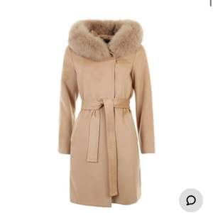 Säljer min hollies kappa som jag bara har använt 2 gånger. Jag köpte den på NK i Göteborg vinter 2020. Jag säljer den på grund av att jag inte använder den. Kvitto finns. Skriv om ni vill se bilder med den på! Storlek 36