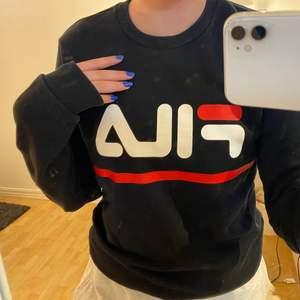en fräsch collage tröja från FILA. fick sen i present och säljer varav den inte är min stil och inte kommer till användning. jätte skön dock!💞 priset kan diskuteras vid snabbaffär ordinarie pris: 400kr