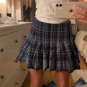Säljer min fina kjol ifrån weekday pga att den aldrig kommer till användning tyvärr💕bud:280