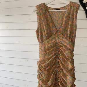 Säljer även denna klänning från ZARA som jag köpte förra sommaren, endast använd en gång på en fest. Säljer då den blivit för liten för mig. Obs sista bilden är mest accurate för hur mönstret ser ut i verkligheten. Den är inte lika orange/gul i verkligheten som på första två bilderna.