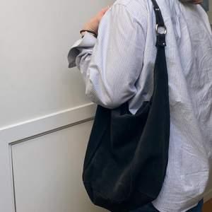 Snygg väska som jag köpt second hand. Säljer den för att jag knappt använder den. Den är fodrad och har ett fack med dragkedja🌸 köpare står för frakt💞