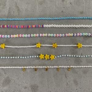 Superfina färgglad pärlhalsband som passar perfekt nu till sommaren! Alla halsband är justerbara. Priser: ALLA PRISER ÄR INKLUSIVE FRAKT! • Blått pärlhalsband - 60kr. • Halvt pärlhalsband- 79kr. • Pärlhalsband med färgade pärlor mellan - 79kr. • Vitt pärlhalsband med gula stjärnor - 70kr. •Blått pärlhalsband med gula stjärnor - 70kr. • Pärlhalsband med guldiga stjärnberlocker- 70kr. • Örhängen - 50kr inkl frakt (par). Beställning sker här på Plick eller på min smyckes-ig: jewlsbymee. Mer bilder finns på min smyckes-ig!!💝✨