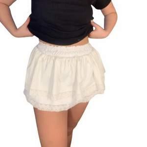 Säljer nu denna vita kjolen som är superfin till sommaren🤍🤍🤍 Storlek S men har resår i midjan, endast använd en gång, skriv gärna vid frågor/funderingar!!🥰