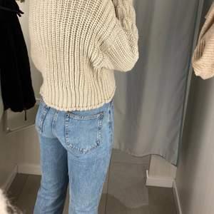 """Jag säljer ett par supersnygga jeans från weekday i modell voyage (straight, high waist), i storlek 27/32 och färgen """"pen blue"""". De är i mycket fint skick, och har endast använts runt 10 gånger. Nypris var 500kr. Jag behöver tyvärr sälja då de är för små, men hoppas att de kan få en ny ägare. Skriv gärna ett meddelande om ni vill ha mer info, funderingar eller se fler bilder!💕 jag kan också ändra frakt till icke spårbar om ni vill ha lite billigare!"""
