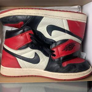 Jordan 1 Retro High Bred Toe (2018) 📏Size 11/45 EU -7/10-Worn but still in great condition! -500 US dollar/4500 Sek+Shipping -Og Box but only one pair of laces is being provided!  If you would like to purchase please send me a DM!  🌏Worldwide shipping! Price is paid via Paypal/Swish!   -Write me a message if you have any questions or offers!  #chicago #jordan1 #jordan #shoes #fashion
