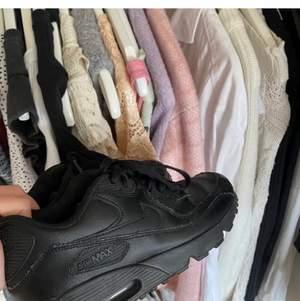 Skit snygga Nike skor som tyvärr är för små för mig, det är nike air max och kostar 1000kr nya. Dem är i bra skick