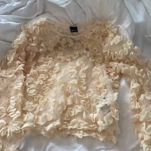 Hej, säljer en Gina Tricot tröja som pssar bra till fest