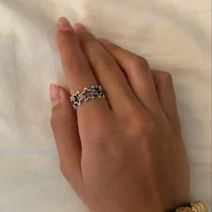 så fin stjärn ring, justerbar så pssar dom flesta. 99kr, frakt kostar 12kr🤍från bywestling.com