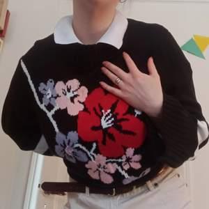 Extremt fin och superbekcäm tröja från H&M, knappt använd och i nyskick! Storlek L och sitter så fint på kroppen 🥺❤️
